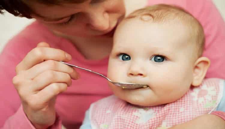 به نوزاد 5 ماهه چه غذای کمکی بدهیم؟