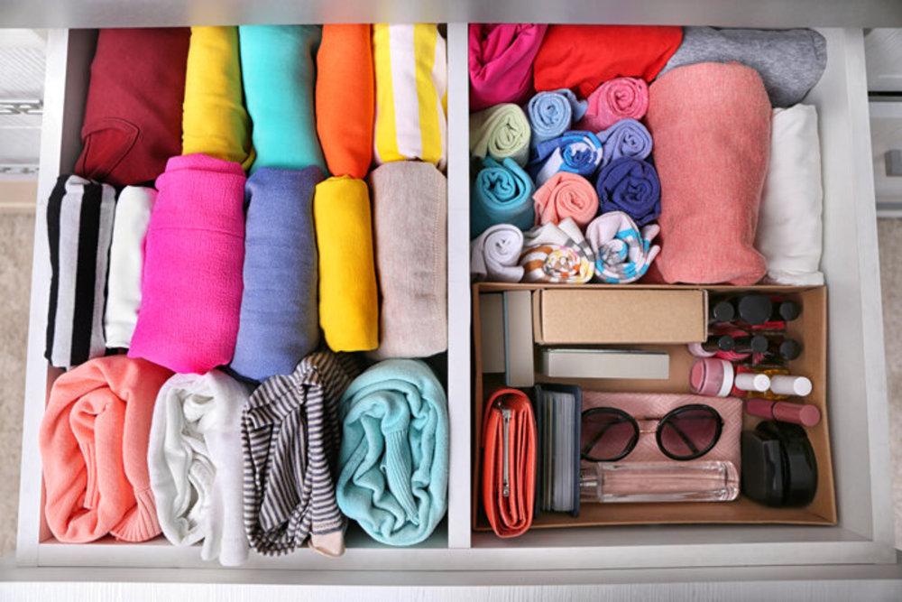 چگونه لباس های خود را در جای کوچک کمد جا دهیم؟