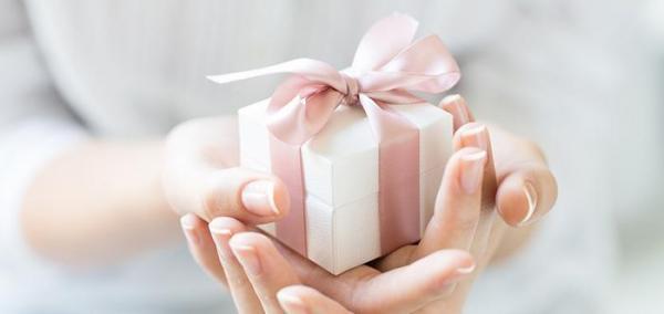 چه هدیهای یک خانم را خوشحال میکند؟